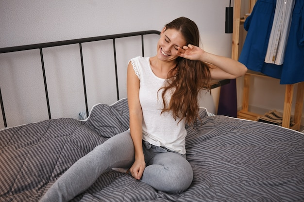 Mattina, biancheria da letto, riposo e concetto di pigrizia. ritratto di attrarre