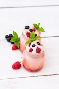 Утренний ягодный пудинг с ягодами и листом мяты.