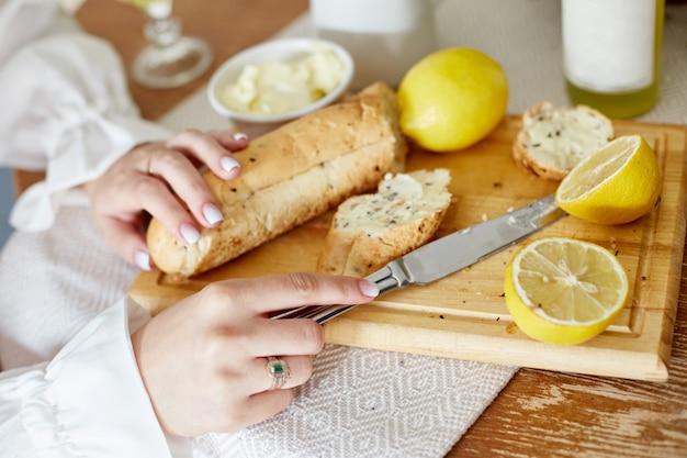 朝の朝食パンとバター、レモネードとレモン