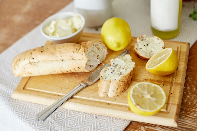 朝の朝食のパンとバターレモン