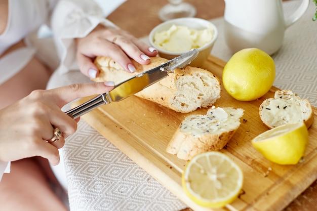 朝の朝食パンバターレモネードとレモン