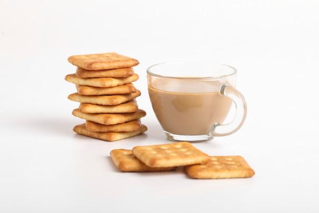아침 식사 개념. 차 컵과 흰색 표면에 비스킷