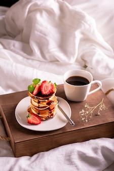 커피와 딸기와 함께 침대에서 아침 식사