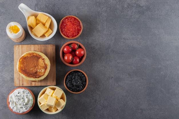 아침 식사는 대리석 배경에 배치됩니다.