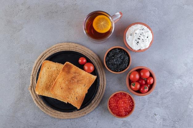 아침 식사는 대리석 표면에 놓여 있습니다.