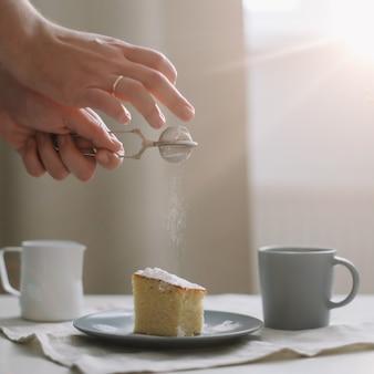Утренний завтрак с кусочком свежего домашнего торта с чашкой капучино на столе