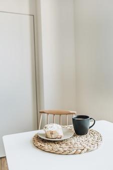 커피와 디저트가 포함 된 아침 식사