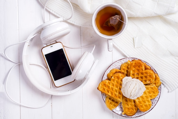 와플과 침대에서 차 아침 식사