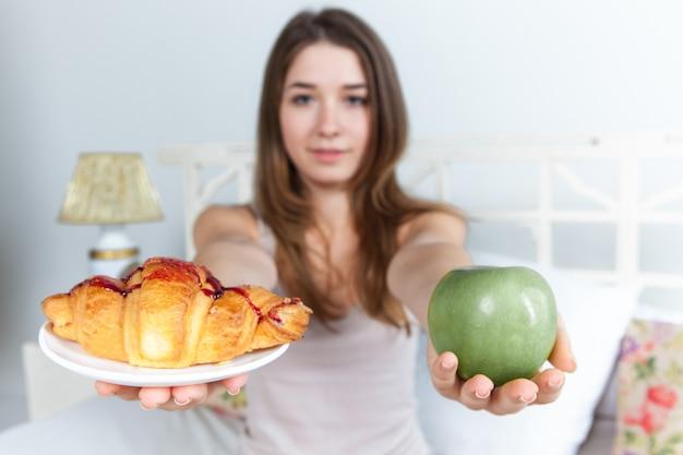 Mattina e colazione di giovane bella ragazza