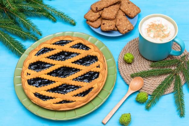 おいしいクリスマスケーキとクッキーの朝のカプチーノ。