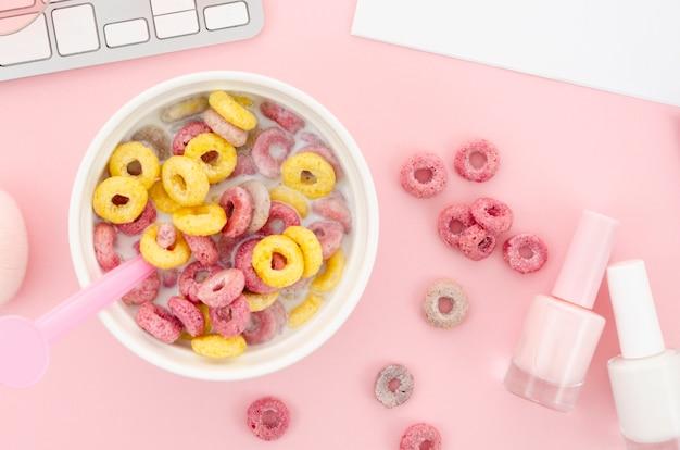 朝のシリアル朝食とマニキュア
