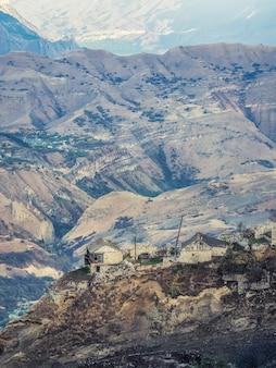 岩の上の朝の街。本物のダゲスタン山の村。マトラス渓谷。ダゲスタン。垂直方向のビュー。