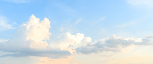 아침 구름입니다. 흰 구름과 푸른 하늘