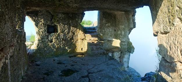 Mangup kaleの洞窟の部屋の1つからの朝の曇りの景色-クリミア(ウクライナ)の歴史的な要塞と古代の洞窟の集落。