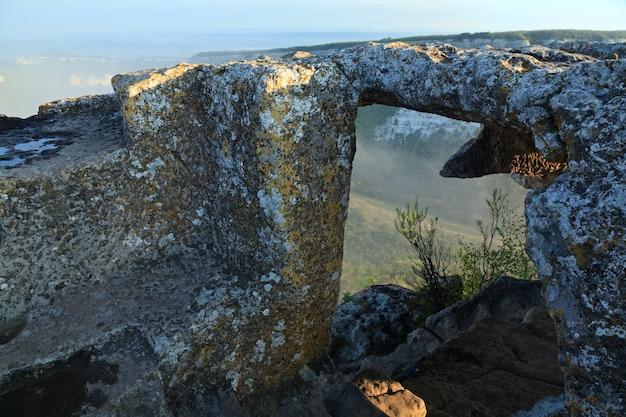 Mangup kaleの頂上からの朝の曇りの景色-クリミア(ウクライナ)の歴史的な要塞と古代の洞窟の集落