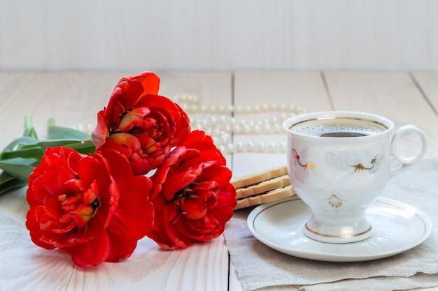 モーニングコーヒーとチューリップの花束