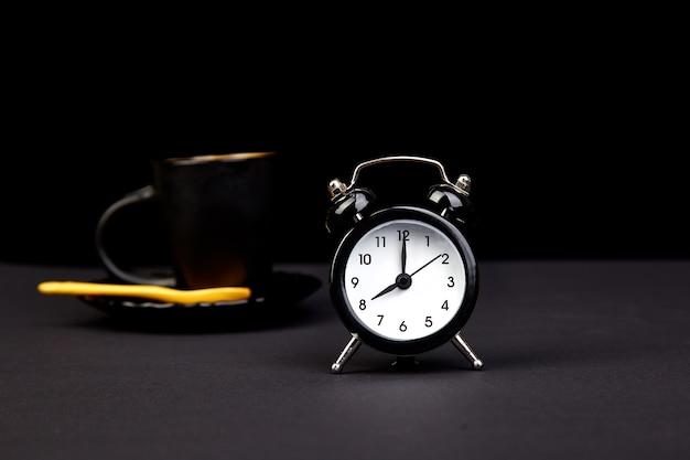 朝のコーヒーと目覚まし時計