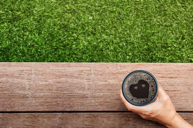 모닝커피. 뒤뜰에서 뜨거운 커피를 마시며. 좋아하는 음료를 즐기기 위해 손을 잡고 컵. 새로운 하루를 시작하세요. 편안하고 조화로운 생활 라이프 스타일. 평면도