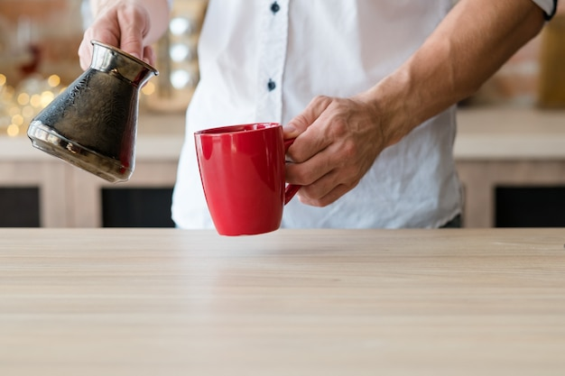 Утренний кофе привычка городской образ жизни человек чашка