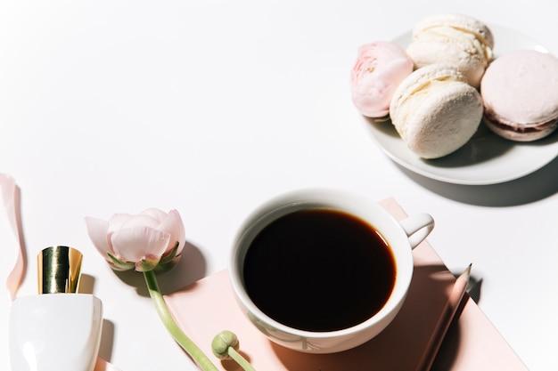 Утренняя кофейная кружка с розовыми цветами пиона