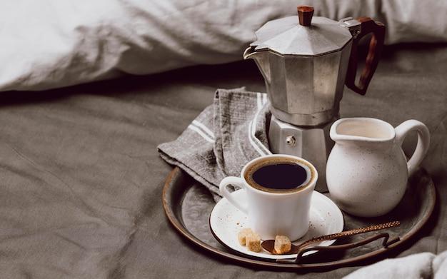 牛乳とコピースペースとベッドの上の朝のコーヒー