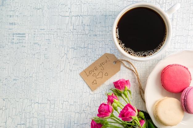 꽃과 마카롱으로 모닝 커피입니다. mather의 날 발렌타인 개념입니다.