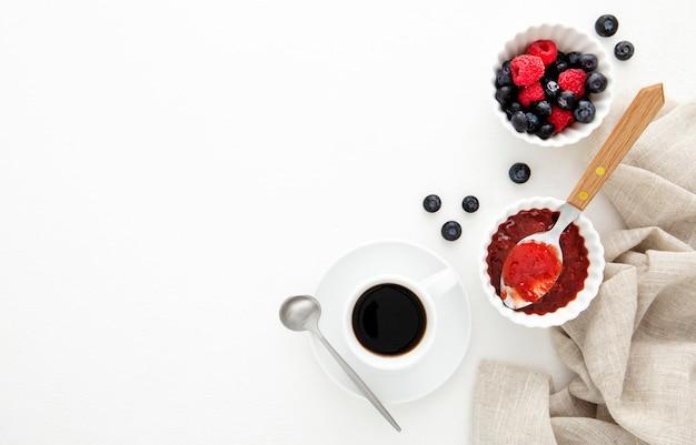 Caffè del mattino con marmellata di frutti di bosco copia spazio