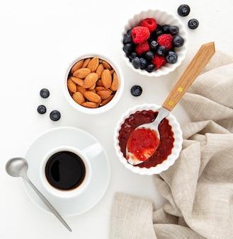Caffè mattutino con marmellata di frutti di bosco