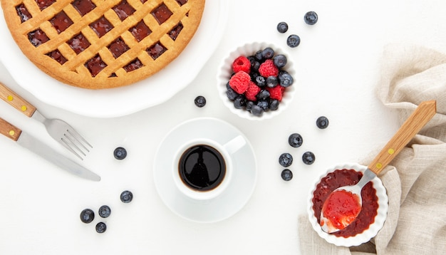 Утренний кофе с пирогом с джемом из лесных фруктов