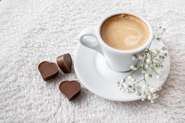 ハート型のチョコレートと濃厚なエスプレッソコーヒーのモーニングカップをベッドでお召し上がりいただけます。バレンタインデーのお祝い