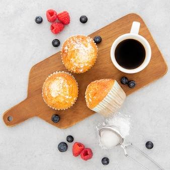 朝のカップケーキとコーヒー