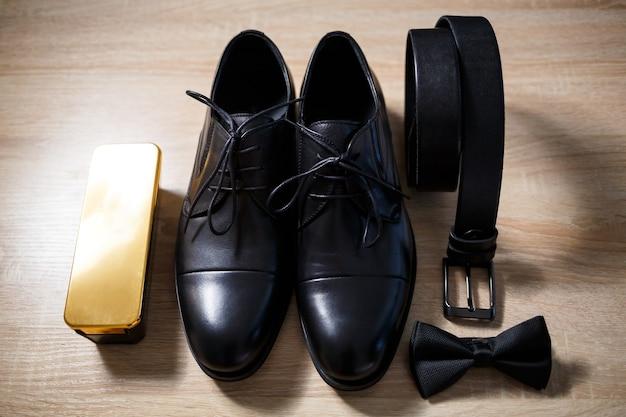 가죽 신발을 신은 세련된 신랑의 아침 디테일