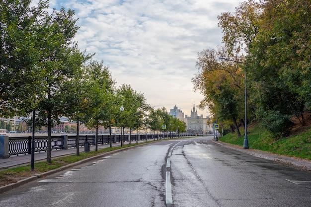 モスクワの朝の空のカーブ堤防。