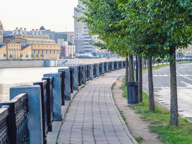モスクワの朝の空の花崗岩の堤防