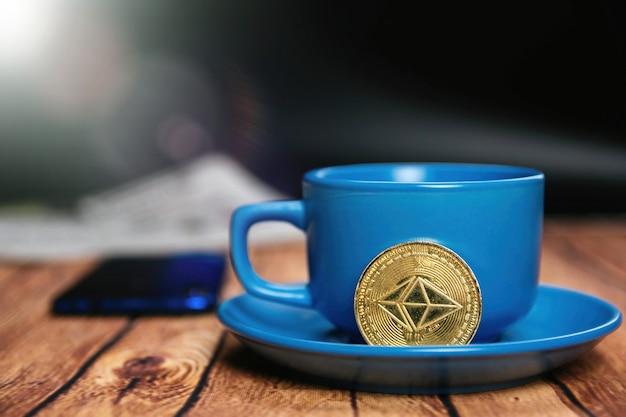 Утренние новости о криптовалюте ethereum и чашка вкусного кофе.
