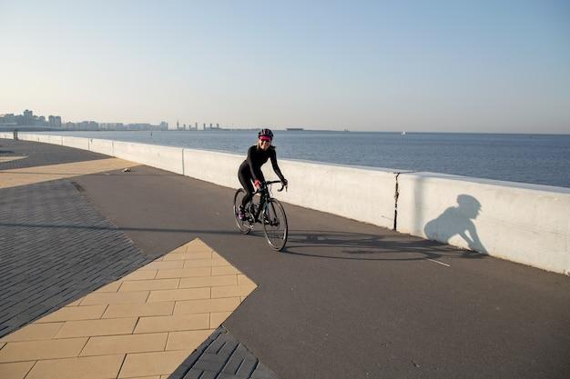 ウォーターフロントに沿って自転車で朝の運動