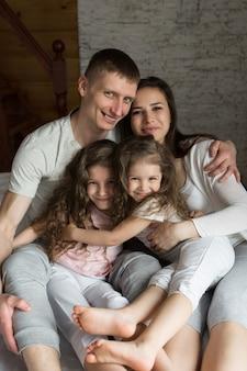아침 가족: 침대에서 노는 부모와 아이들. 꿈에서 깨어난 것. 방금 일어 났어요. 사랑