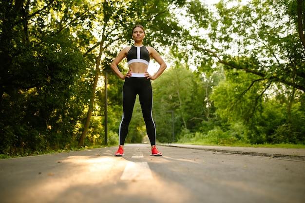아침 맞는 운동, 여름 공원에서 훈련에 여자. 여성 러너는 화창한 날에 스포츠에 간다