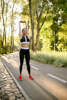 아침 피트니스 운동, 여름 공원에서 훈련에 여자. 여성 러너는 화창한 날에 스포츠에 간다