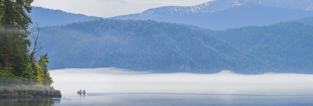 Утренний туман над горным озером