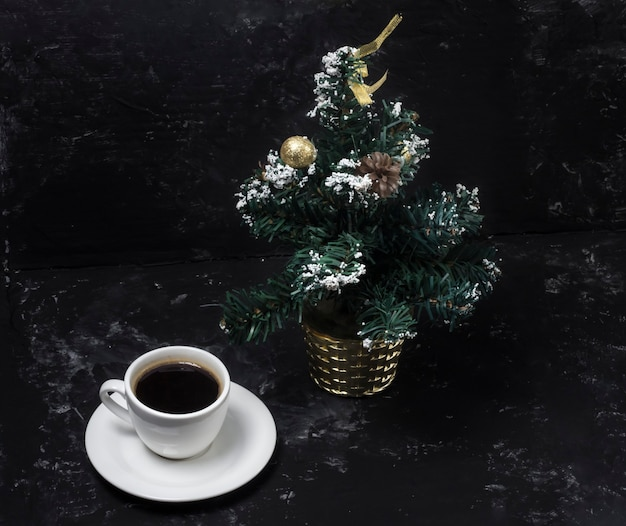 크리스마스 트리, 크리스마스 아침과 함께 아침 향기로운 블랙 커피.