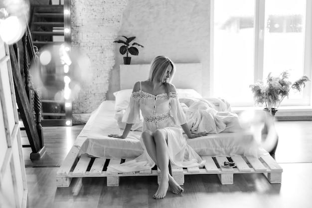 Утро девочки: блондинка спит. завтрак в постель. я только что проснулся. торт на тарелке