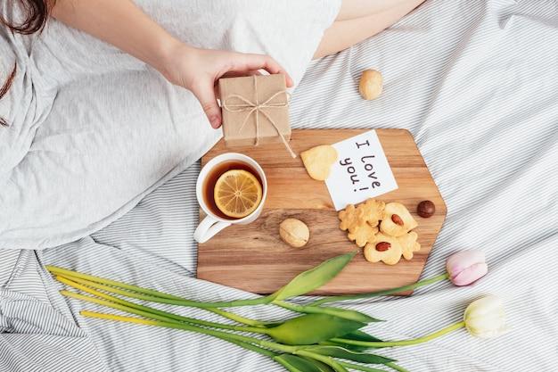あなたの好きな女の子の朝の挨拶。朝食、花、ベッドでの贈り物。 2月14日のバレンタインデーおめでとうございます。