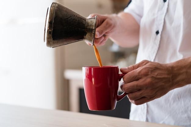Утренняя привычка наслаждение кофе досуг