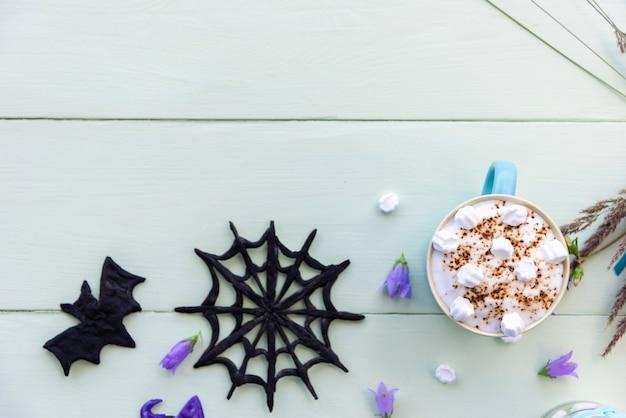 Утренний праздничный кофе на хэллоуин с зефиром. пространство для копирования сверху