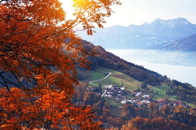 산에서 아침입니다. 아름다운 풍경 - 일출 산의 아름다운 마을