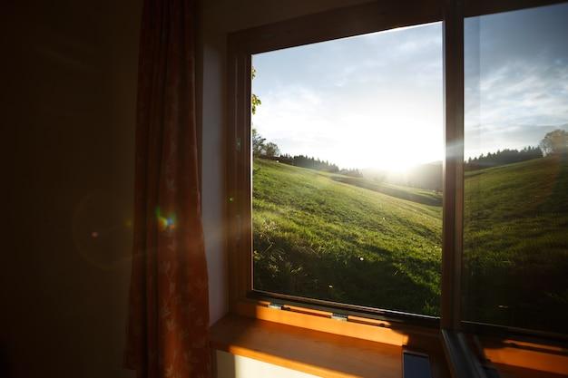 山の朝。山の夜明けの窓からの美しい景色