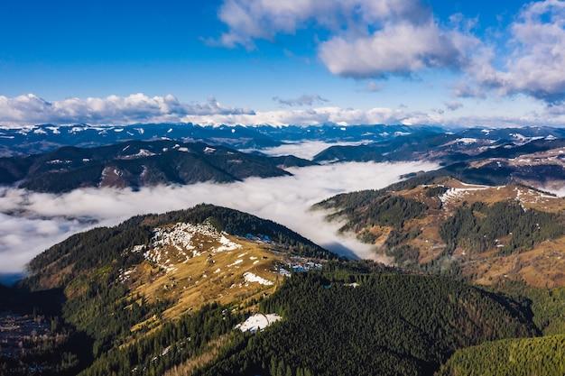 山の朝。カルパティアウクライナ、空撮。