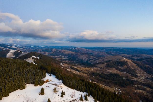 山の朝。カルパチア、ウクライナ、ヨーロッパ美容の世界