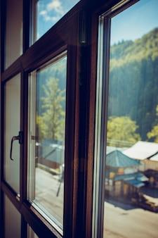산에서 아침입니다. 태양은 창을 통해 빛난다. 근접 촬영